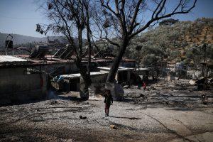 Restes de l'incendi al camp de refugiats de Mória